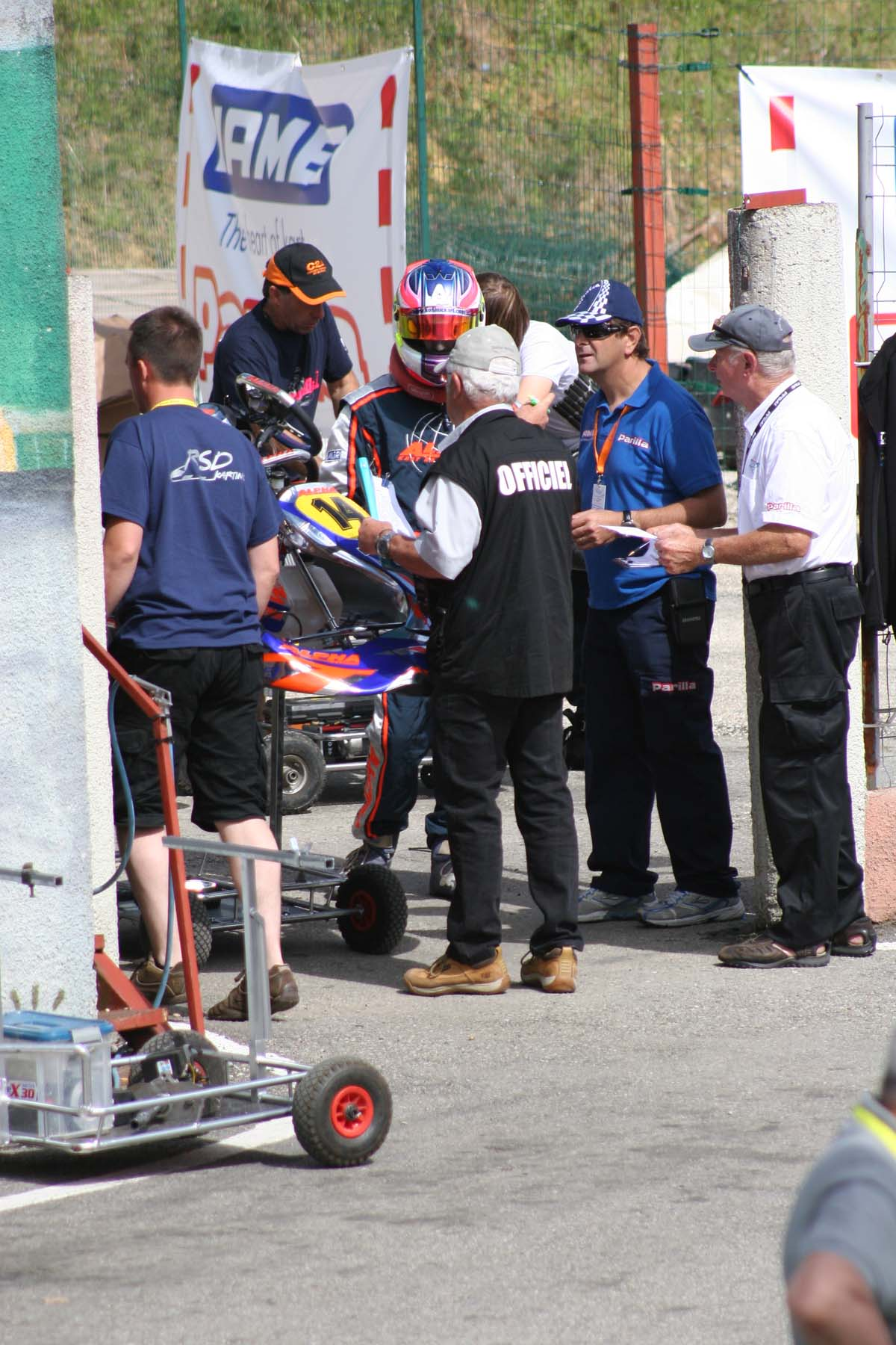 Hughes_waiting_to_get_through_Technical_check_to_head_out_onto_the_grid_for_one_of_his_heats